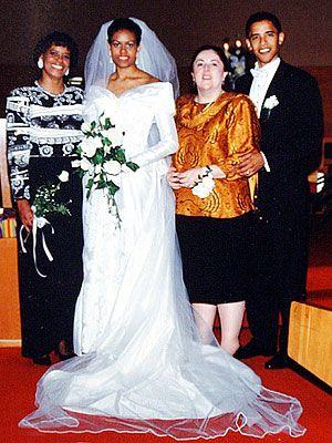 Barack Obama 1989 yılında Michelle Robinson'la tanıştı. 3 Ekim 1992 tarihinde evlenen çift 1998 ve 2001 yıllarında doğan iki kız çocuk sahibi oldular. 1964 doğumlu Michelle Obama eşi Barack Obama gibi Harvard Üniversitesi Hukuk Fakültesi mezunu bir avukattır. Obama çifti Protestan Hristiyandır ve United Church of Christ mezhebine üyedirler.